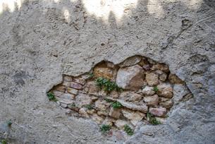 崩れた壁のイメージ写真の写真素材 [FYI04783721]