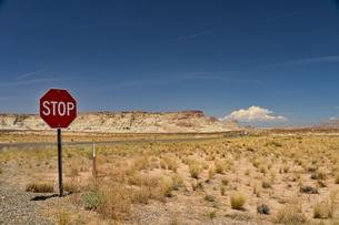 ストップのサインと砂漠と青空の風景の写真素材 [FYI04783727]