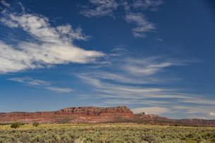 雄大な大自然、赤い岩と青空の風景の写真素材 [FYI04783728]