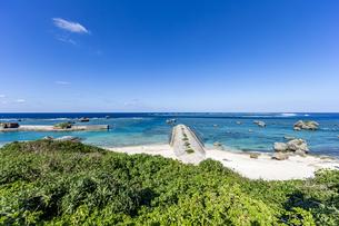美しいサンゴ礁に囲まれた保良漁港の写真素材 [FYI04783751]