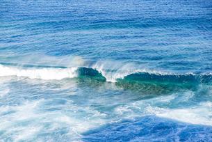 東平安名岬先端の波と虹の写真素材 [FYI04783752]