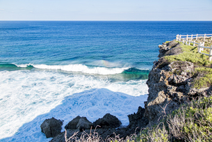 東平安名岬先端の波と虹の写真素材 [FYI04783753]
