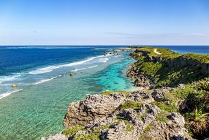 美しい隆起サンゴ礁に囲まれる東平安名岬の写真素材 [FYI04783756]