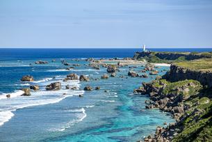美しい隆起サンゴ礁に囲まれる東平安名岬の写真素材 [FYI04783757]