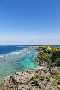 美しい隆起サンゴ礁に囲まれる東平安名岬の写真素材 [FYI04783758]