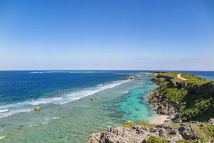 美しい隆起サンゴ礁に囲まれる東平安名岬の写真素材 [FYI04783759]