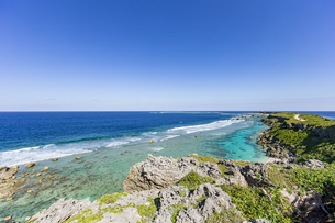 美しい隆起サンゴ礁に囲まれる東平安名岬の写真素材 [FYI04783760]