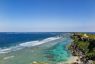 美しい隆起サンゴ礁に囲まれる東平安名岬の写真素材 [FYI04783762]