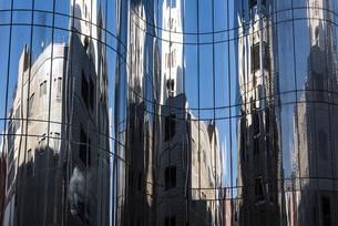 曲がったミラーに映る建物の写真素材 [FYI04783774]