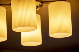 店内の照明器具の写真素材 [FYI04783852]