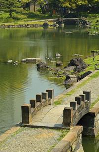 旧芝離宮恩賜庭園・大泉水と西湖の堤の写真素材 [FYI04783922]