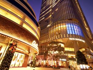 夕暮れの東京ミッドタウン日比谷の写真素材 [FYI04784149]