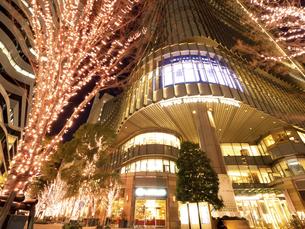 夕暮れの東京ミッドタウン日比谷の写真素材 [FYI04784157]