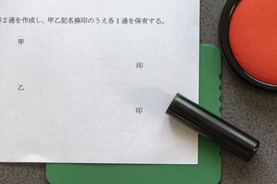 契約書に捺印するの写真素材 [FYI04784255]
