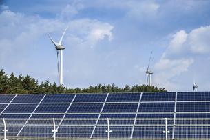 風力発電風車と太陽光発電ソーラーパネルを見る風景の写真素材 [FYI04784294]
