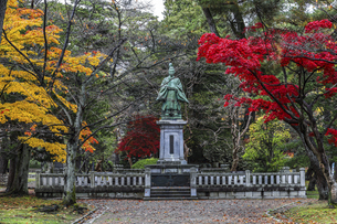 紅葉の中の佐竹義堯公銅像の写真素材 [FYI04784371]