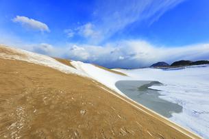 冬の鳥取砂丘雪景色と日本海の写真素材 [FYI04784374]