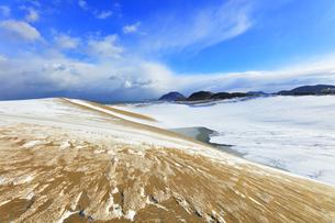 冬の鳥取砂丘雪景色と日本海の写真素材 [FYI04784375]