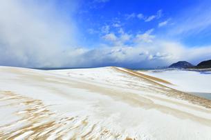 冬の鳥取砂丘雪景色と日本海の写真素材 [FYI04784376]