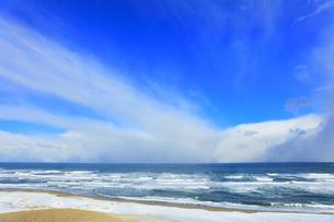雪の砂丘より望む冬の日本海の写真素材 [FYI04784377]