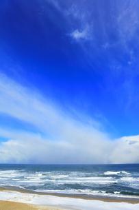 雪の砂丘より望む冬の日本海の写真素材 [FYI04784378]