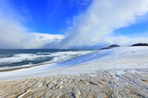冬の日本海に鳥取砂丘雪景色の写真素材 [FYI04784379]