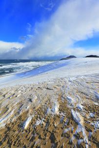 冬の日本海に鳥取砂丘雪景色の写真素材 [FYI04784380]