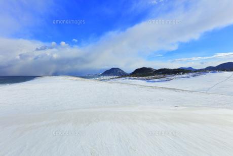 冬の鳥取砂丘雪景色と日本海の写真素材 [FYI04784381]