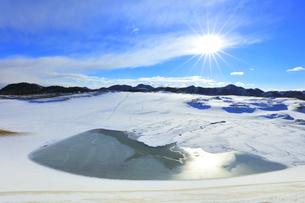 冬の鳥取砂丘 雪景色と空に太陽の写真素材 [FYI04784382]