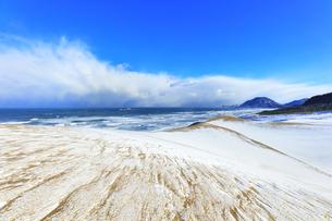 冬の鳥取砂丘雪景色と日本海の写真素材 [FYI04784383]