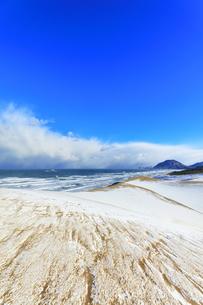冬の鳥取砂丘雪景色と日本海の写真素材 [FYI04784384]