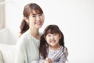 カメラ目線で微笑む母親と娘の写真素材 [FYI04784400]