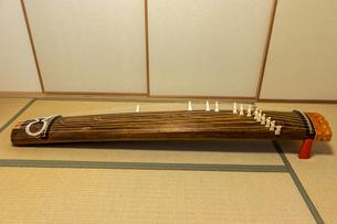 和室の畳に置かれた箏の写真素材 [FYI04784419]