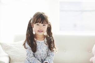 カメラ目線で微笑む女の子の写真素材 [FYI04784471]