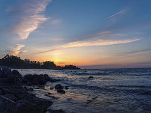 曇りの日の海岸の夕暮れの写真素材 [FYI04784669]