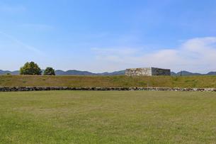 草原に残る城の遺構の写真素材 [FYI04784798]