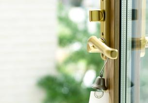 開いているドアとベルの写真素材 [FYI04784865]