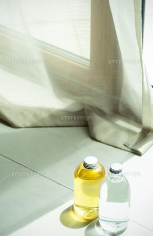 窓辺に置かれた2本のボトルの写真素材 [FYI04784874]