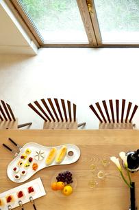 テーブルにセッティングされた料理の写真素材 [FYI04784875]
