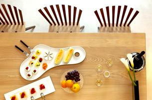 テーブルにセッティングされた料理の写真素材 [FYI04784876]