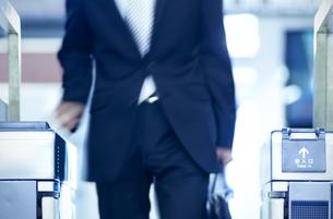 改札機を通るビジネスマンの写真素材 [FYI04784879]