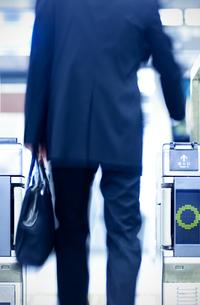 改札機を通るビジネスマンの後姿の写真素材 [FYI04784880]