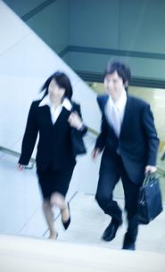 階段を上るビジネスマンとビジネスウーマンの写真素材 [FYI04784883]