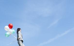 風船を持ったビジネスウーマンの写真素材 [FYI04784939]