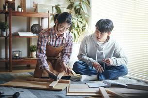 DIYをする男女の写真素材 [FYI04785102]