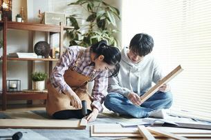 DIYをする男女の写真素材 [FYI04785104]