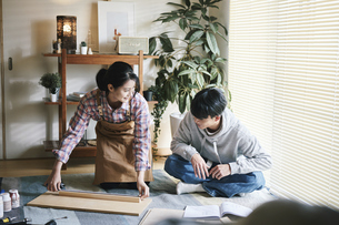 DIYをする男女の写真素材 [FYI04785109]