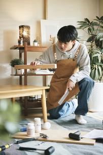 DIYをする男性の写真素材 [FYI04785117]