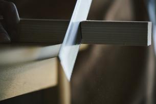 木材をノコギリで切るの写真素材 [FYI04785119]