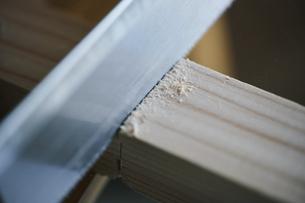 木材をノコギリで切るの写真素材 [FYI04785122]